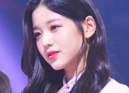 Cầm tạp chí 18+ ở sân bay, sao nữ 15 tuổi xinh đẹp nhất Hàn Quốc bị ném đá thậm tệ - Ảnh 1.