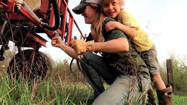 Theo trào lưu bà Tân Vlog, nông dân Mỹ cũng bỏ hết mùa màng chuyển sang cày Youtube - Ảnh 2.