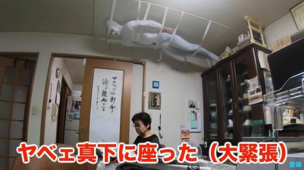 Bày trò với ông nội giả ma dọa bà nội, chàng YouTuber Nhật Bản nhận về cái kết cười đau cả bụng nhưng cũng gian nan phết - Ảnh 2.