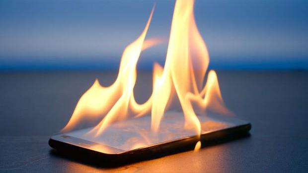 Sạc qua đêm làm điện thoại nguy hiểm cháy nổ? Có đúng, có sai tuỳ vào 2 trường hợp này - Ảnh 2.