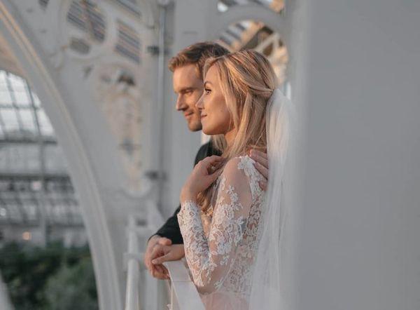 Bộ ảnh cưới đẹp như trong truyện cổ tích của ông hoàng YouTube PewDiePie - Ảnh 1.