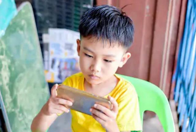 Đắng lòng cậu bé 10 tuổi bị lác vì mải chơi game liên tục 10 tiếng mỗi ngày - Ảnh 1.