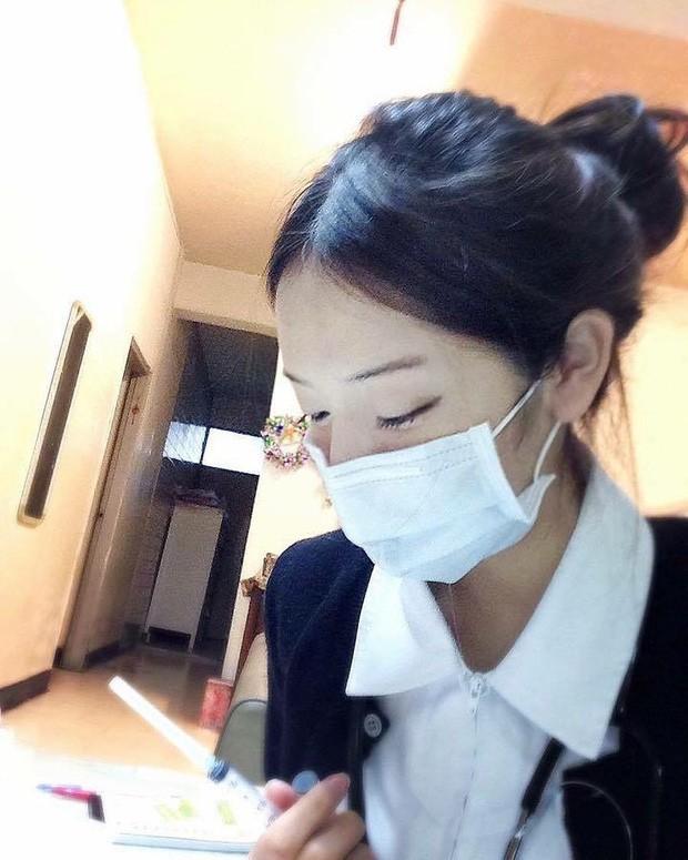Nữ y tá gây sốt MXH dù đeo khẩu trang kín mít nhưng hình ảnh nóng bỏng ngoài đời mới thực sự được thả tim điên đảo - Ảnh 1.