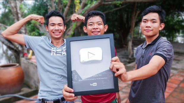 5 kênh du lịch - ẩm thực hot nhất miền Tây: Khoai Lang Thang sắp đạt nút vàng, một YouTuber trẻ tuổi khác đã làm được điều đó từ lâu - Ảnh 40.
