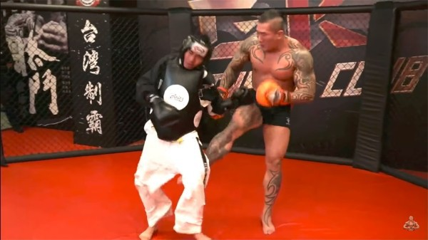 Nổi máu anh hùng bàn phím thách đấu võ sĩ MMA, Youtuber hổ báo bị đánh tới mức phải khóc lóc Đại ca, em sai rồi - Ảnh 4.