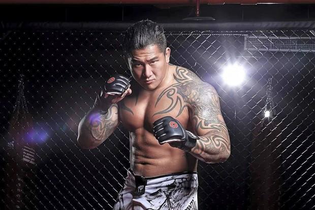 Nổi máu anh hùng bàn phím thách đấu võ sĩ MMA, Youtuber hổ báo bị đánh tới mức phải khóc lóc Đại ca, em sai rồi - Ảnh 1.
