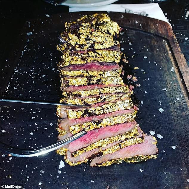 Khoa Pug chi tiền ăn món bò dát vàng của thánh rắc muối: Bít tết nướng cháy ăn đắng ngắt, thua xa cách làm của nhà hàng Việt - Ảnh 3.