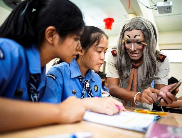 Để học sinh có hứng học hơn, thầy giáo đã đội tóc giả, make up hoá thân thành Lisa (BLACKPINK) mỗi ngày đến trường - Ảnh 4.