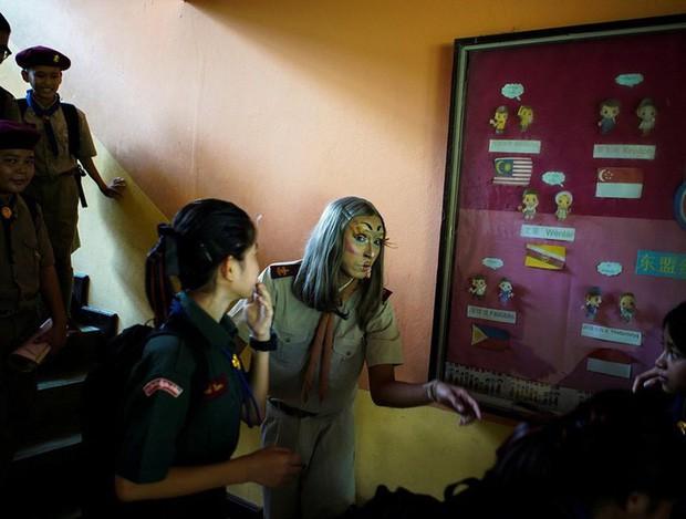 Để học sinh có hứng học hơn, thầy giáo đã đội tóc giả, make up hoá thân thành Lisa (BLACKPINK) mỗi ngày đến trường - Ảnh 5.