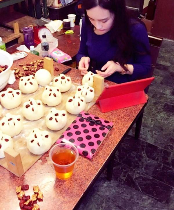 Nhờ ngoại hình nóng bỏng, cô gái bán bánh bao bỗng dưng kiếm bộn tiền, có khách còn đặt hẳn 10.000 cái - Ảnh 4.