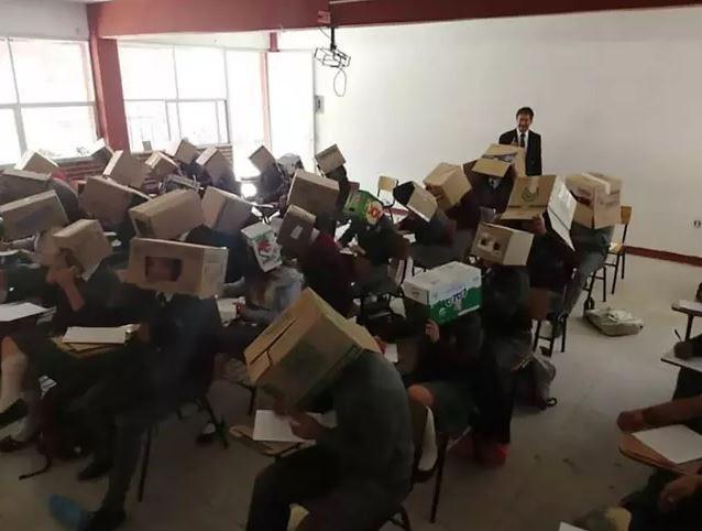 Thầy giáo Mexico chống quay cóp bằng cách để sinh viên đội nguyên cái thùng carton lên đầu khi làm bài thi - Ảnh 1.