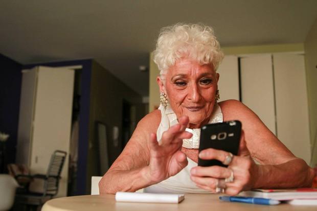 Sốc với cụ bà gần 90 tuổi vẫn sung mãn, hằng ngày lên Tinder quét trai trẻ - Ảnh 1.