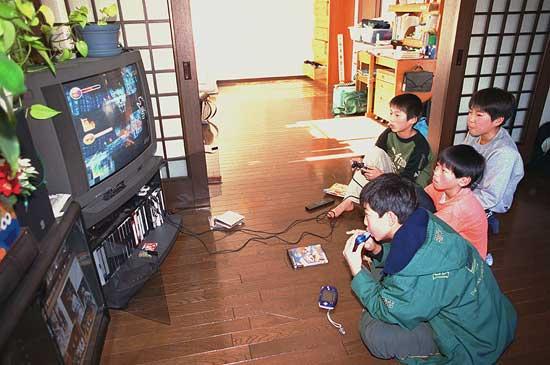 Cách dạy con khác lạ của bố Nhật: Cho con chơi game thay vì học! 2