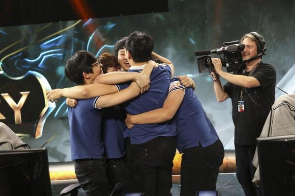Niềm vui vỡ òa của KOO Tigers sau khi giành chiến thắng.