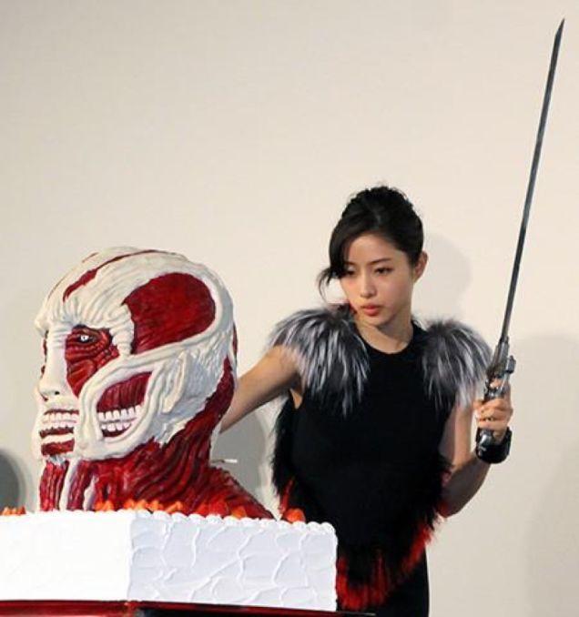 Nữ diễn viên Satomi Ishihara thủ thế để chuẩn bị cắt bánh
