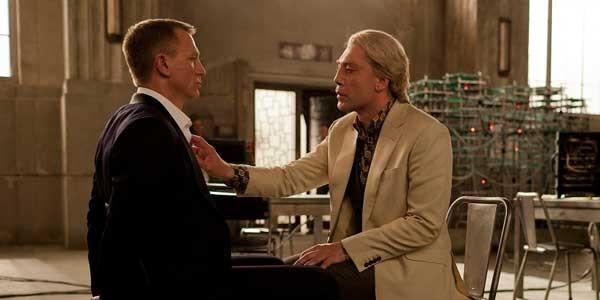 James Bond bị Raoul Silva hành hạ trong Skyfall
