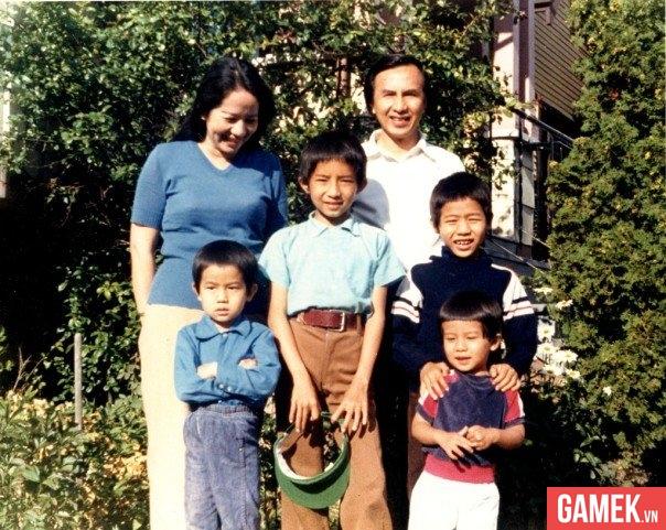 Lê Minh khi còn nhỏ (giữa) cùng với gia đình tại Canada