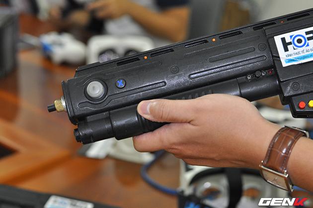 Cần lên đạn được sử dụng như nút thay đạn trong game.
