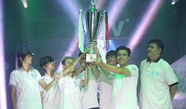 QTV cùng với những người đồng đội của mình vô địch VCSA 2015 mùa hè.