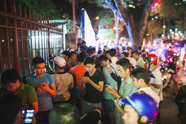 Đám đông tập trung lúc nửa đêm để bắt Pokemon. Ảnh: Trịnh Kim Điền