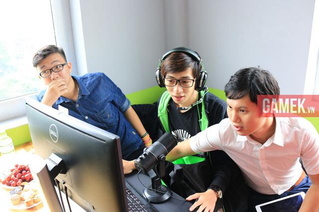 Caster ViruSs đang chuẩn bị Stream giải đấu Liên Minh Huyền Thoại (ngồi giữa).