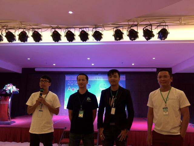 Từ trái sang phải: ông Lê Giang Anh – CEO Joy Entertainment; ông Bùi Trường Sơn – đại diện ban tổ chức Bluebird Award; ông George Nguyễn – CEO Google developer community Vietnam; ông Nguyễn Hữu Bình – CEO Applancer