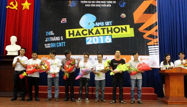 BTC tặng kỉ niệm chương và hoa cho Ban Giám Khảo, nhà tài trợ.