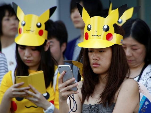 Cảnh tượng người chơi Pokémon GO đội mũ Pikachu ở Nhật Bản