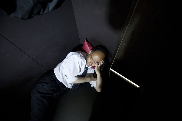 Tadayuki Sakai thư giãn sau khi hoàn thành công việc