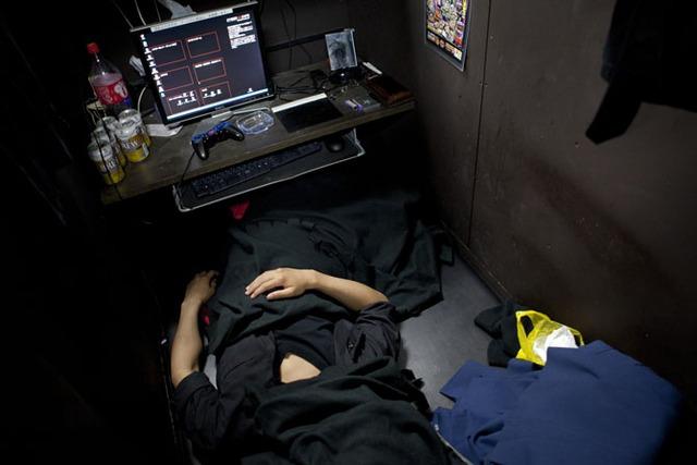 Fumiya sử dụng một tấm khăn phủ lên mặt để tránh ánh sáng từ đèn huỳnh quang mở suốt đêm