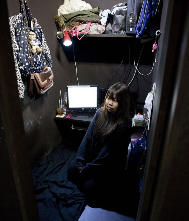 Aya, 18 tuổi, ở quán cafe Internet cùng mẹ. Họ mất nhà và mất việc sau trận động đất và sóng thần năm 2011