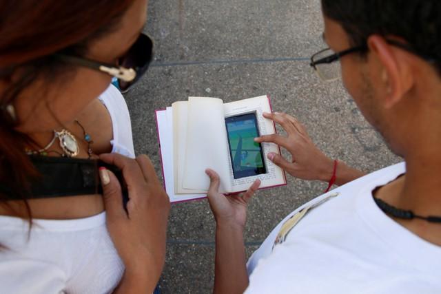 Một người chơi thông minh ở Venezula đã cải trang smartphone của mình trong một cuốn sách để đề phòng ăn cướp