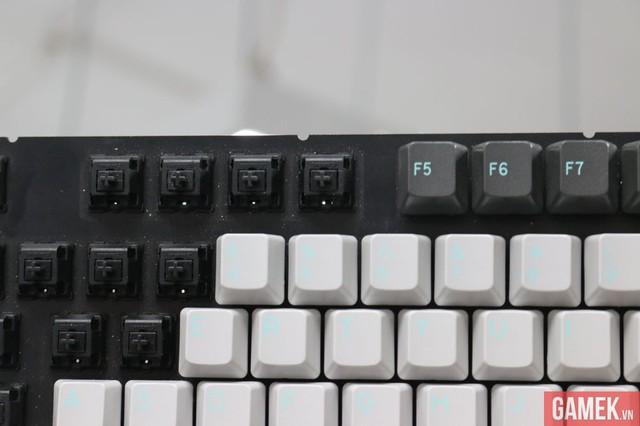 Trên tay chiếc bàn phím cơ trị giá 10 triệu đồng do người Việt sản xuất