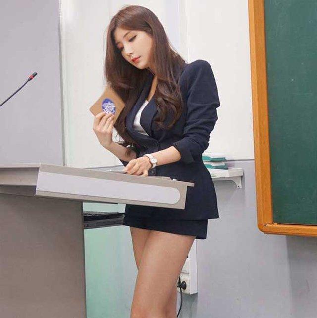 Nhan sắc gợi cảm của hai cô giáo cực phẩm nhất Hàn Quốc, nóng bỏng thế này bảo sao điểm danh chẳng thiếu sinh viên nào - Ảnh 1.