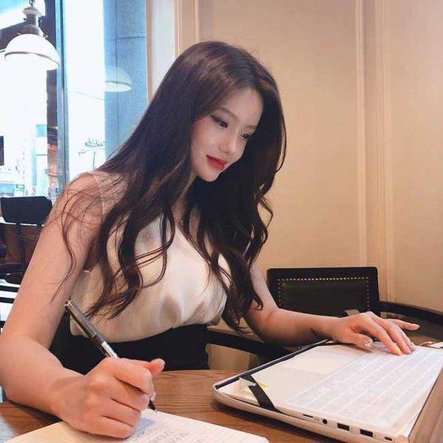 Nhan sắc gợi cảm của hai cô giáo cực phẩm nhất Hàn Quốc, nóng bỏng thế này bảo sao điểm danh chẳng thiếu sinh viên nào - Ảnh 11.