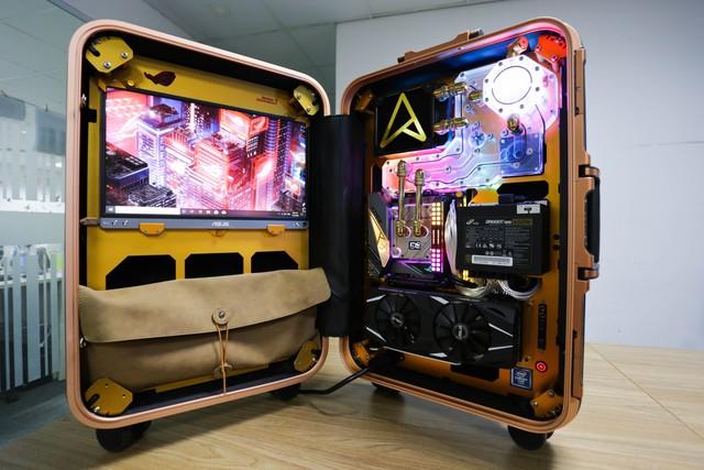 Trải nghiệm chơi game trên chiếc PC vali cực độc cực đẹp: Mượt mà những mà... mỏi cổ - Ảnh 2.
