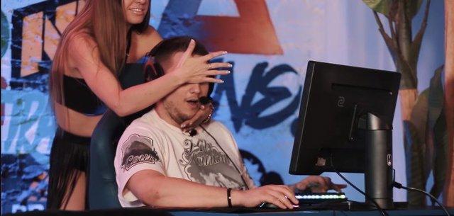CS:GO - Bó tay với game show Đông Âu, thuê vũ công nhạy cảm làm tuyển thủ phân tâm không aim nổi - Ảnh 2.