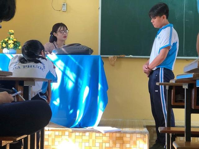 Bị học trò chụp lén khi đang kiểm tra bài cũ, cô giáo dạy Văn khiến dân mạng đổ đứ đừ vì nhan sắc siêu cấp dễ thương - Ảnh 1.
