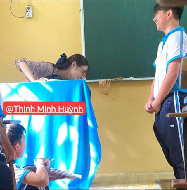 Bị học trò chụp lén khi đang kiểm tra bài cũ, cô giáo dạy Văn khiến dân mạng đổ đứ đừ vì nhan sắc siêu cấp dễ thương - Ảnh 2.