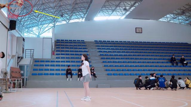 Linh Ka lộ nửa vòng 3 trong MV cover Simple Love: Trong hơn 1 triệu lượt xem Youtube, chỉ có... 3 người phát hiện ra - Ảnh 5.