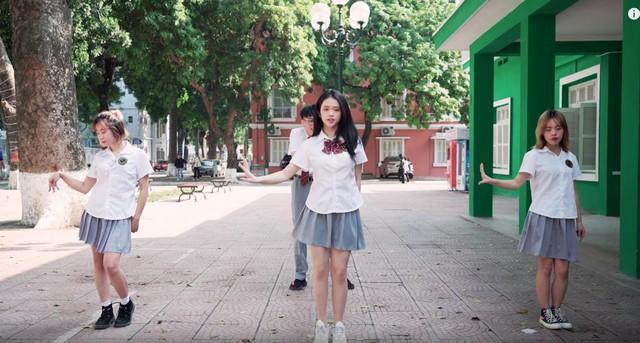 Linh Ka lộ nửa vòng 3 trong MV cover Simple Love: Trong hơn 1 triệu lượt xem Youtube, chỉ có... 3 người phát hiện ra - Ảnh 6.