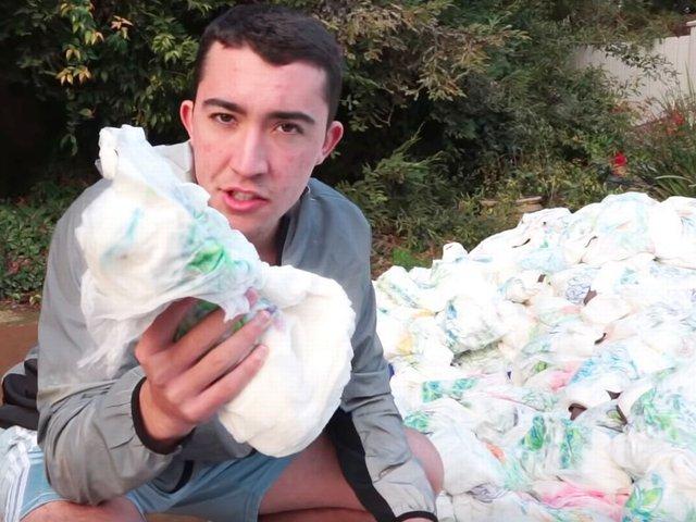 Xuất hiện NTN phiên bản nước ngoài: Ném 100.000 bịch khăn giấy xuống hồ bơi để thấm nước, Youtuber bị công kích dữ dội - Ảnh 1.