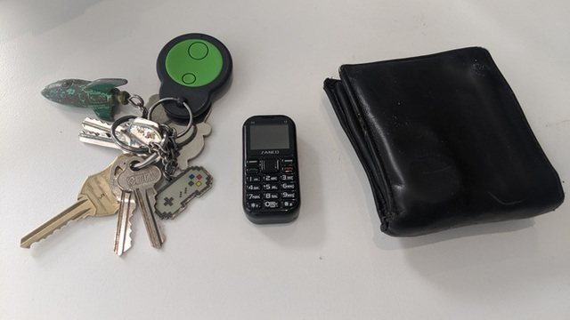 A close-up of the world's smallest phone: a 1-inch screen and a camera, play puzzle games, snakes prey types - Photo 5.