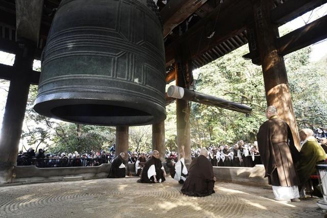 Truyền thống đón năm mới kỳ lạ tại các quốc gia khác nhau trên thế giới - Ảnh 9.