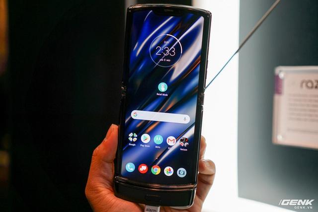 Trên tay smartphone gập Moto RAZR: Thiết kế chất, không có vết nhăn xấu xí nhưng cấu hình lại gây hụt hẫng - Ảnh 1.