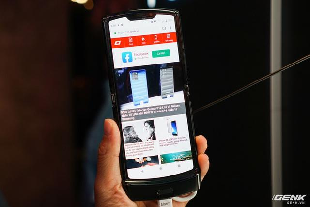 Trên tay smartphone gập Moto RAZR: Thiết kế chất, không có vết nhăn xấu xí nhưng cấu hình lại gây hụt hẫng - Ảnh 2.