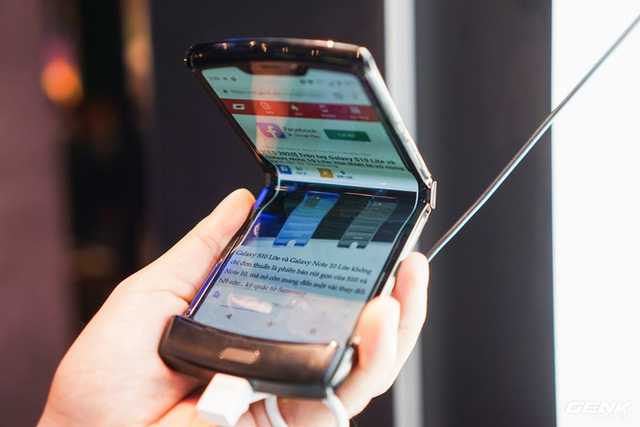 Trên tay smartphone gập Moto RAZR: Thiết kế chất, không có vết nhăn xấu xí nhưng cấu hình lại gây hụt hẫng - Ảnh 11.