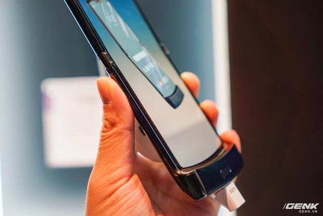 Trên tay smartphone gập Moto RAZR: Thiết kế chất, không có vết nhăn xấu xí nhưng cấu hình lại gây hụt hẫng - Ảnh 12.