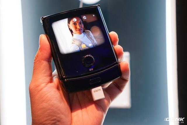 Trên tay smartphone gập Moto RAZR: Thiết kế chất, không có vết nhăn xấu xí nhưng cấu hình lại gây hụt hẫng - Ảnh 14.