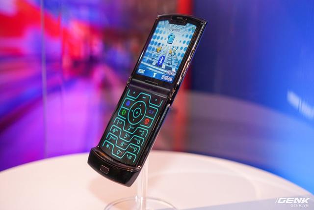 Trên tay smartphone gập Moto RAZR: Thiết kế chất, không có vết nhăn xấu xí nhưng cấu hình lại gây hụt hẫng - Ảnh 15.